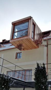 Konstrukce nového vikýře byla vsazena do střešního pláště. Ocelové nosníky stropu byly protaženy celým domem až na protější obvodovou stěnu.