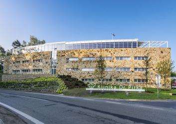 Severní fasádu budovy autoři návrhu vytvořili jako masivní kamennou pískovcovou stěnu, která se tak stala přirozeným odrazem přilehlé pískovcové skály