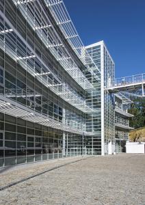 Najižní fasádě brání přehřívání interiérů masivní slunolamy, které svým provedením ageometrií kopírují zahnutý tvar stavby