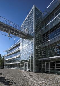 Budovu sareálem kliniky propojuje elegantní lávka