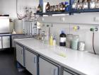 """1_Dřevařský ústav, akreditovaná laboratoř. Norma ČSN EN ISO 12460-5 (490163) stanovuje extrakční metodu pro tuto zkoušku známou jako """"perforátová metoda"""". Používá se pro stanovení obsahu formaldehydu z povrchově neupravených desek na bázi dřeva."""