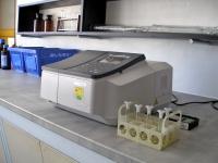 Spektrofotometr pro analýzu vlastností vzorku desky (koncentrace volně těkavých látek v roztoku) na základě pohlcování světla různých vlnových délek spektra