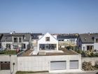 1_Garáž vyrovnávajíci vyškový rozdíl mezi přiléhajícími ulicemi tvoří podstavu domu