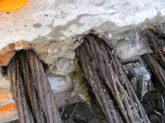 Obr. 3: Korozní stav předpínacích lan systému B v desce visutého pásu lávky, železobetonový prefabrikát poškozený pádem, nezainjektované kanálky