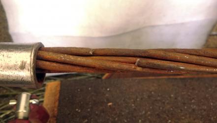 Obr. 8: Lano s relativně málo rozvinutou povrchovou korozí, po tahové zkoušce.