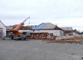 Obr. 6: Postupné snášení staré střechy a instalace nové