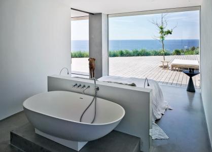 Dokonce i ložnice s vlastní vanou je otevřena do prostoru a nabízí výhledy do venkovní krajiny