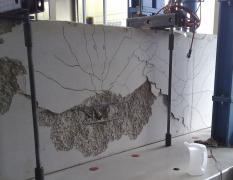 Obr. 3: Zkouška pevnosti v tahu; ocelová část stále drží, beton kolabuje