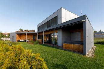Rodinný dům v Borku u Českých Budějovic postavený za použití cihelného systému HELUZ a hliníkových systémů Schüco