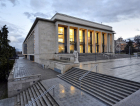 1_Divadlo má vprůčelí předložené pilíře, mezi nimi jsou nad vstupy umístěny balkony  s tepaným zábradlím od Evy Zoubkové-Klementové a Olbrama Zoubka