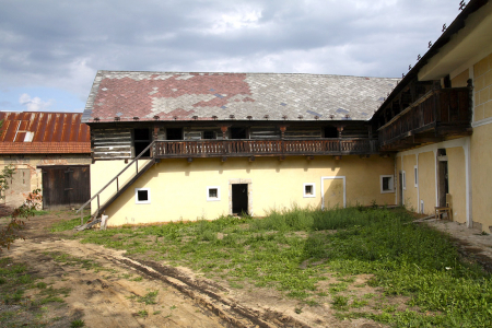 Hospodářské budovy před rekonstrukcí – pohled ze dvora