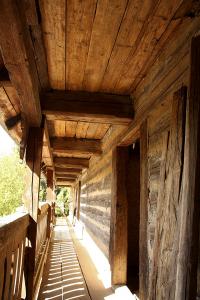 Obnova pavlače. Roubené stěny byly sanovány – odstranila se hliněná vymazávka mezi trámy, které byly ošetřeny. Vmístech, kde bylo dřevo napadeno dřevokazným hmyzem ahoubami, se trámy nahradily novými.