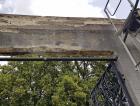 Poškození portálu původní hlavní brány