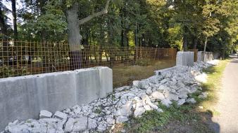 Obr. 7: Bourání nejvíce poškozených částí zdi