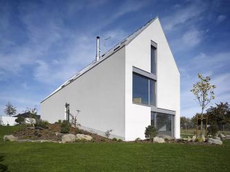 Autoři návrhu se nebránili regulativu na šikmou střechu, protože místo je pověstné sněhovými nadílkami. Projekt ovlivnil i další regulativ územního plánu, a to, že dům musí mít jedno nadzemní podlaží a podkroví.