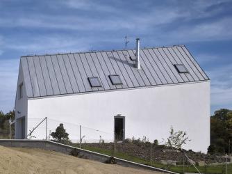 Sklon hřebene proti svahu kopíruje vnitřní prostorové uspořádání, nezvyklá forma domu tak odpovídá příčnému rozdělení půdorysu a posunu úrovní o poloviční výšku patra