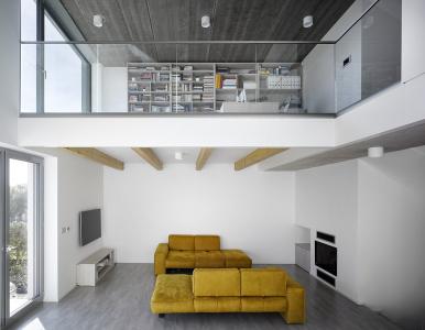 Obývací pokoj, zapuštěný do svahu, je dle definice ze zákona suterénem. Dům má tedy stále jedno nadzemní podlaží a podkroví.