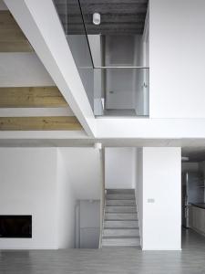 Schodiště stoupá kolem dětských pokojů až k hlavní ložnici. Nejníže položená část domu obsahuje technické zázemí.