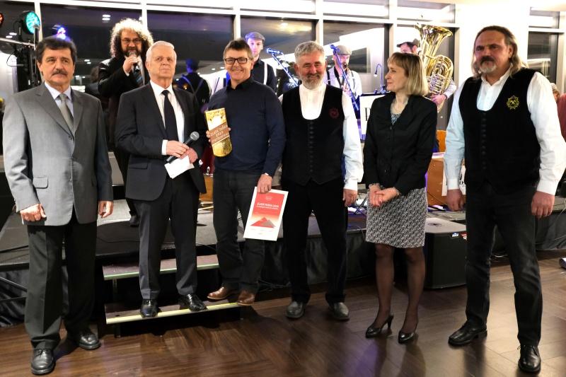 Za společnost Bramac převzal ocenění Zlatá taška 2020 pro nejlepší exponát veletrhu Střechy Praha za tašku Classic AERLOX ULTRA vedoucí prodeje Luděk Kučera