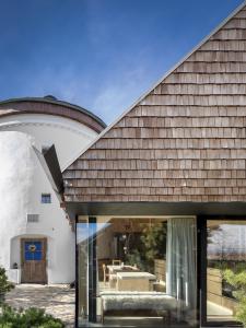 Zapojením vnitřních prostor původního mlýna do celkového obytného a uživatelského prostoru umožňuje měnit pocit z bydlení