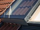 1_Celopřesahová vlepená skla a čisté provedení oplechování. Solara PERSPEKTIV se posouvá nad fixně zasklenou část nebo nad rovinu krytiny.