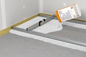 Suché podsypy se používají především pro vyrovnání nosného stropu. Stahovací latě zjednodušují zpracování systému.