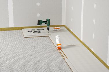 Pokládka podlahových prvků se provádí bez příčných spár s převázáním spár. Před pokládkou dalšího prvku se na polodrážku nanáší podlahové lepidlo.