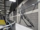 1_Interiér vymezují stěny z liaporových tvárnic, které slouží jako sympatický podklad pro dvě vyobrazení hokejisty a krasobruslařky