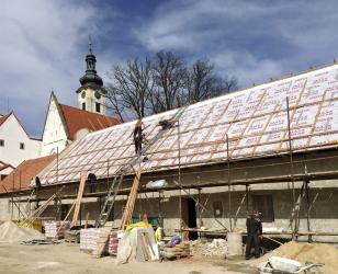 Jednoduchý tvar a velká plocha střechy s minimem prostupů umožňují maximalní efektivitu využití materiálu