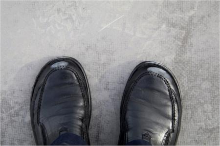Obr. 3: Plnivo syntetických fólií odnášené na botách