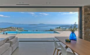 Panoramatický výhled na zátoku Tolo a Argolský záliv. Architektura Vily NafplioBlu naplno využívá všech přírodních krás tohoto výjimečného pozemku.
