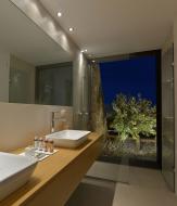 Velkorysé výhledy na okolní olivový háj z koupelny: otvíravě-sklopné okno Schüco AWS 70 BS.HI