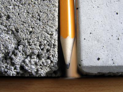 Porovnání hutnosti struktury betonové mazaniny (vlevo) a litého potěru Cemflow (vpravo)