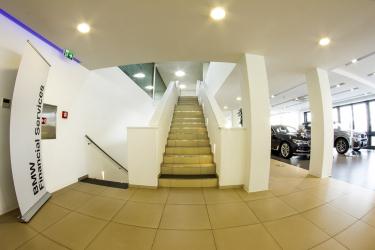 Pohled z prvního patra na schodiště, nad kterým jsou instalovány světlovody Lightway. Současně je zde možné porovnání světlovodů (druhé patro) a umělých zářivkových zdrojů světla (první patro).