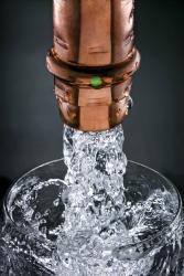 Měď je osvědčeným a vhodným materiálem pro rozvody pitné vody. Uvolňované stopové prvky mají pozitivní vliv na lidské zdraví. Je však potřeba zohlednit, kolik mědi v sobě již obsahuje samotná vedená pitná voda, nejlépe laboratorním testem.