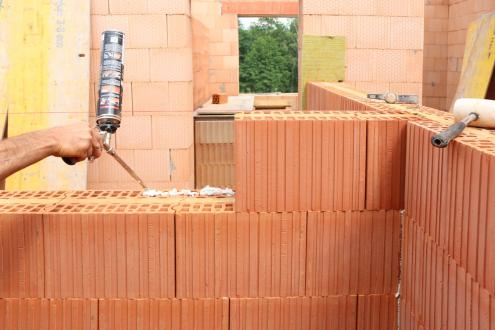 Stěna z cihel HELUZ AKU KOMPAKT 21 broušená je složena ze dvou cihelných tvarovek spojených přes minerální vlnu, která má vynikající akustické vlastnosti