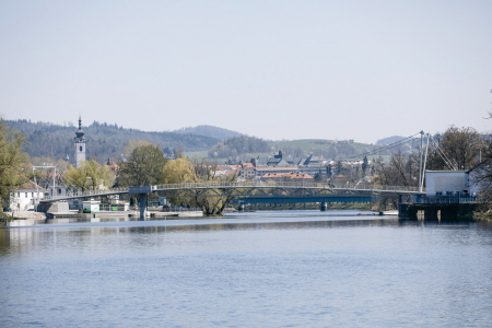 Lávka zpravého břehu je visutá na dvou lanech parabolického tvaru, zakončených na tělese lávky ve směru tečny ke křivce mostovky. Z levého břehu je lávka zavěšená na třech dvojicích závěsů.