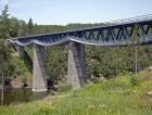 1_Most je dlouhý 208,4m včetně křídel. Dvě krajní pole jsou kamenná klenbová, tři vnitřní mají ocelovou příhradovou konstrukci smezilehlou prvkovou mostovkou. Stavba mostu byla před 120 lety realizována před napuštěním hracholuské přehrady, takže vdnešní době pilíře stojí vevodě.