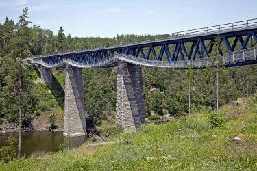 Most je dlouhý 208,4m včetně křídel. Dvě krajní pole jsou kamenná klenbová, tři vnitřní mají ocelovou příhradovou konstrukci smezilehlou prvkovou mostovkou. Stavba mostu byla před 120 lety realizována před napuštěním hracholuské přehrady, takže vdnešní době pilíře stojí vevodě.