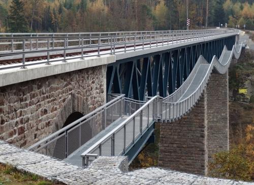 Rekonstruovaný železniční most s lávkou pro pěší na trati Pňovany–Bezdružice