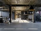 1_Autoři projektu se rozhodli zachovat industriální charakter budovy, proto ponechali betonové konstrukce nosných sloupů a stropů přiznané