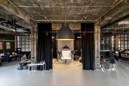 Rekonstrukce výrobní haly probíhala s cílem vybudovat ateliéry a kanceláře pro kreativní profese