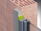 1_Předsazení 35 mm. Systém je tvořen nosným hranolem o šíři 35 mm, který se aplikuje zvenku na stěnu. Hranol zvětšuje kontaktní plochu utěsnění, takže toto může být provedeno jednoduše a spolehlivě pomocí komprimační pásky. Profily jsou zafixovány vůči podkladu pomocí vysokopevnostního lepidla.