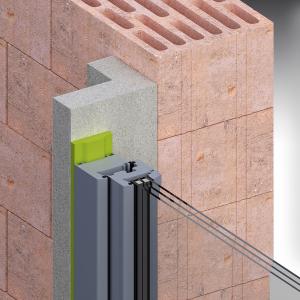Předsazení 120–200 mm. Systémová varianta s rámem ve tvaru L je vhodná pro největší vyložení okna a je k dispozici v rozměrech od 120 až do 200 mm. Noha úhelníku (plocha, která doléhá na surovou stavbu) je široká 120 mm a nabízí tím ideální pákové poměry. Profily jsou zafixovány vůči podkladu pomocí vysokopevnostního lepidla.