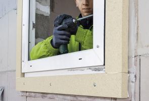 Upevnění okenního rámu pomocí okenních šroubů. Utěsnění připojovací spáry komprimační páskou