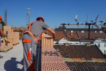 Obr. 7: Po nanesení malty je doba pro uložení a vyrovnání cihel do maltového lože 15 minut. Čas pro nanesení malty a uložení cihel je tedy zhruba dvojnásobný oproti cementovým tenkovrstvým maltám. Plnohodnotné zpevnění spoje v běžných klimatických podmínkách nastává do 7 dnů.