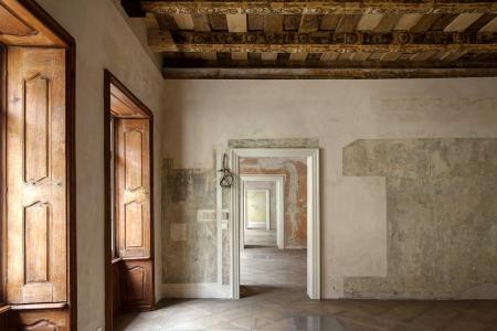 Barokní interiéry: dochované záklopové stropy jsou nyní odkryté, malby na stěnách nebyly doplněny, ale zůstaly přiznány – někde jen vsondách, jinde ve vybledlých barvách