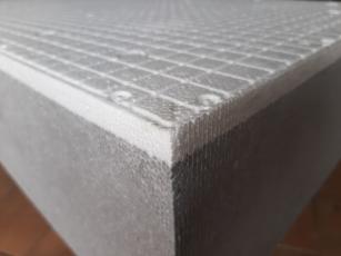 Obr. 5a: Nejnovější desky pro ETICS ISOVER EPS GreyWall SP (Sun Protect) mají šedé jádro opatřené bílou vnější ochrannou vrstvou, která umožňuje montáž na přímém slunci včetně montáže z lávek.