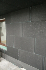 Obr. 4: Typický důsledek aplikace šedých fasádních desek na přímém slunci – mezírky mezi deskami a následné dopěnění. Stínění sítěmi je nutné.