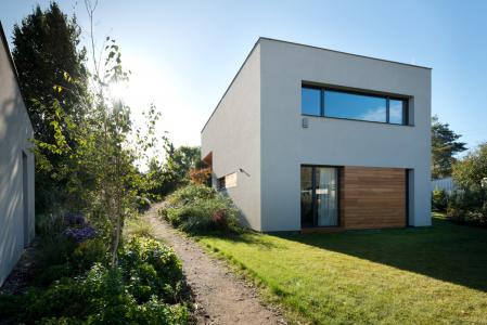 Okna i balkonové dveře (včetně pásu oken v ložnici rodičů) jsou vyrobeny z hliníkových profilů Schüco AWS 75 BS.HI+ s vysoce tepelněizolačním trojsklem